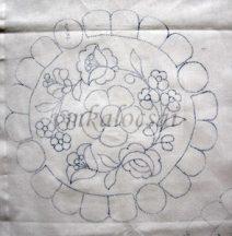 Középen riseliős virággal előrajzolt kalocsai terítő (DRT262616)