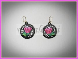 Rózsaszínű tulipános kalocsai fülbevaló fekete alapon