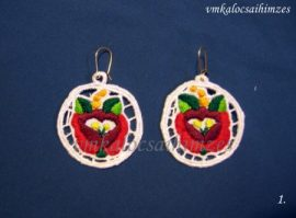 Piros rózsás riseliő fülbevaló fehér alapon