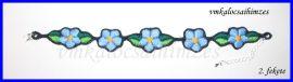 Kék nefelejcses karkötő fekete alapon