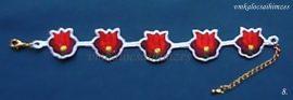 Piros tulipános kézzel hímzett karkötő fehér alapon