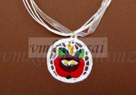 Piros rózsás riseliő nyaklánc fehér alapon